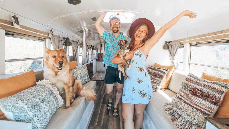 Inilah pasangan traveler Chase Green (28) dan Mariajose Trejo (25). Mereka resign dari pekerjaan lalu memutuskan pergi traveling keliling dunia naik bus. (Instagram/@tioaventurabus)