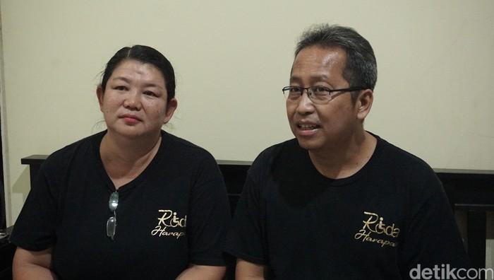 Bonaventura Zita Enny Wati (52 tahun) dan Lukas Lugi Riyandi (47 tahun) adalah pasangan suami istri ini menjadi agen relawan peminjaman inkubator gratis, kursi roda, dan berbagai alat-alat kesehatan lainnya untuk membantu orang-orang sekitar yang membutuhkannya. (Foto: Adelia Putri/detikHealth)
