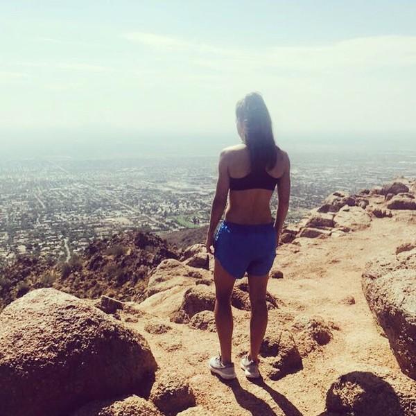 Hannah juga suka trekking dan jogging di perbukitan lho! (Instagram/hanblundell)