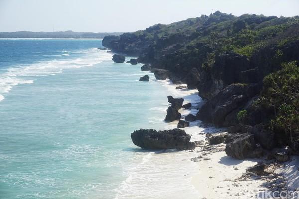Bergeser ke Kecamatan Rote Barat Daya, ada Pantai Batu Pintu. Pantai ini dikelilingi oleh tebing-tebing curam (Afif Farhan/detikcom)