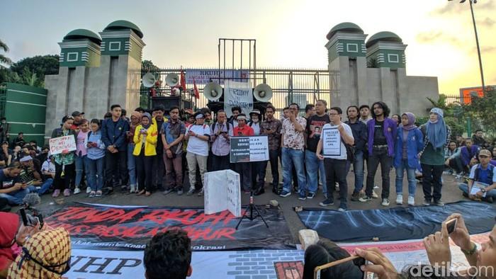Aksi Aliansi Masyarakat Sipil Antikorupsi tolak revisi UU KPK (Foto: Jefrie Nandy Satria)