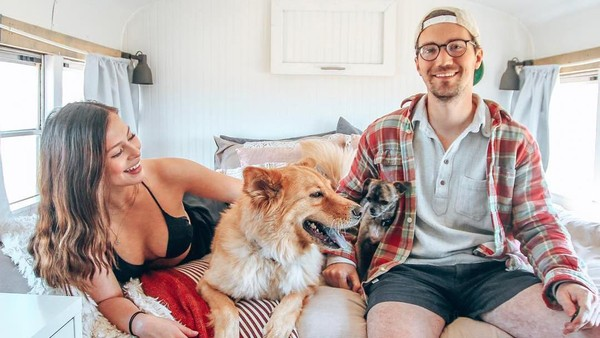 Pasangan ini pun mulai hidup di jalanan. Rumah mereka dijual. Berturut-turut, mereka traveling dari Wisconsin hingga ke Arizona, lalu ke Tennessee dan Puerto Rico. (Instagram/@tioaventurabus)