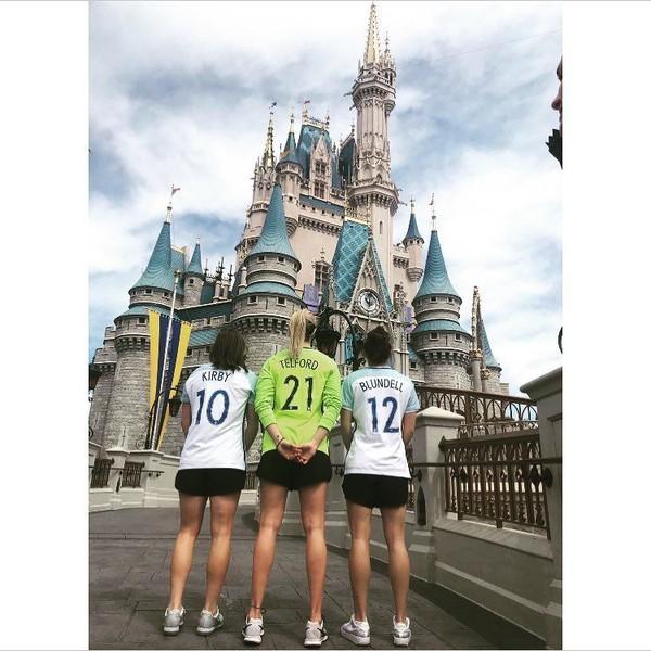 Hannah bersama rekan-rekannya kala bermain di Disneyland Paris (Instagram/hanblundell)