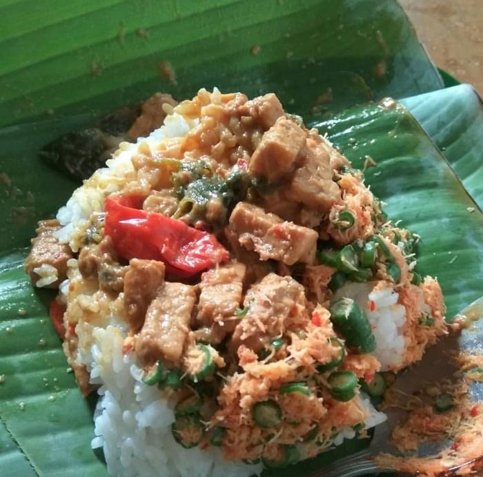 Ponggol atau potongan tempe berbumbu jadi lauk utama sego ponggol ata nasi ponggol khas Tegal. Ditambah urap sayuran yang gurih pedas rasanya makin sedap. Foto : Instagram @nunkrahayu