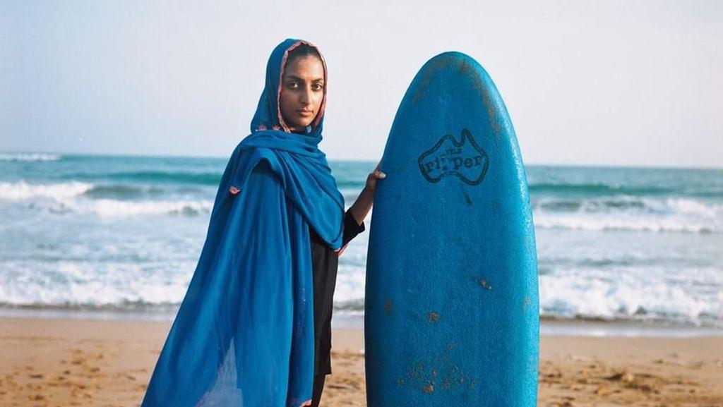 Kenalan dengan Shahla Yasini, Peselancar Berhijab Pertama Asal Iran