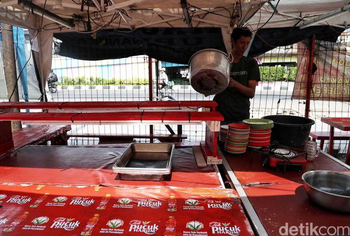 Sejumlah penjual beraktivitas di warung nasi kapau yang terdampak pelebaran trotoar di kawasan Kramat Raya, Senin (16/9).