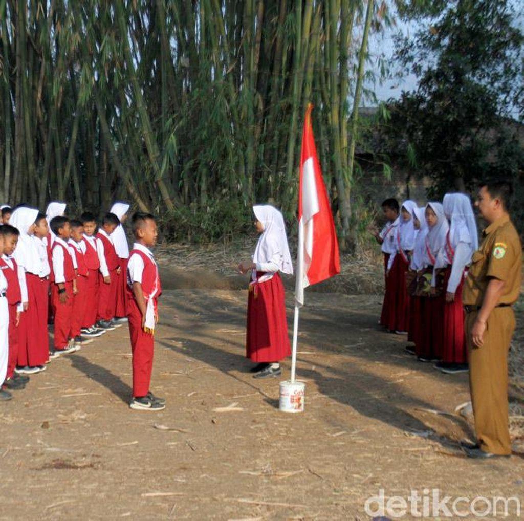 Tak Punya Lapangan, Siswa SD Ini Upacara di Kebun Bambu
