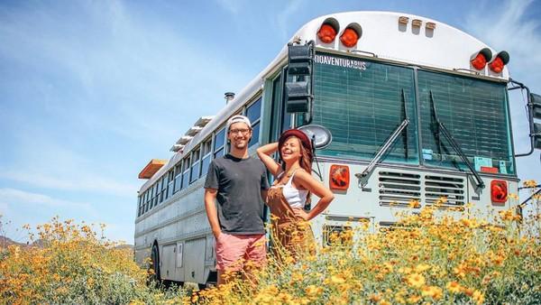 Sudah banyak tempat cantik yang dikunjungi pasangan ini. Mereka membagikan momen keseruan travelingnya lewat media sosial Instagram. (Instagram/@tioaventurabus)