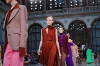 Fashion show Victoria Beckham Spring 2020 di London Fashion Week.  (Foto: REUTERS/Peter Nicholls)