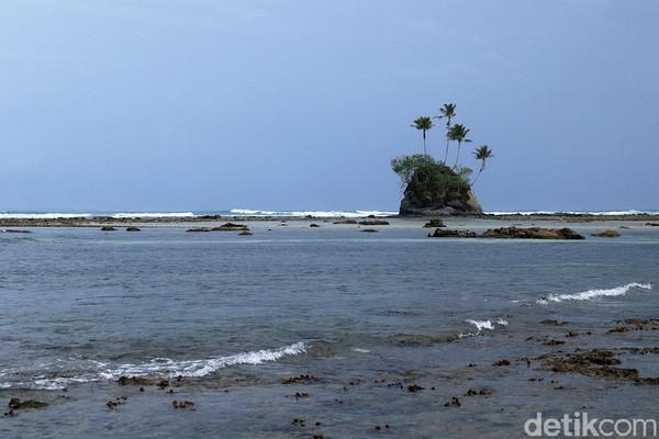 Jika air sedang pasang, pulau ini makin mirip dengan di film Spongebob Squarepants. Setuju atau tidak traveler? (Randy/detikcom)