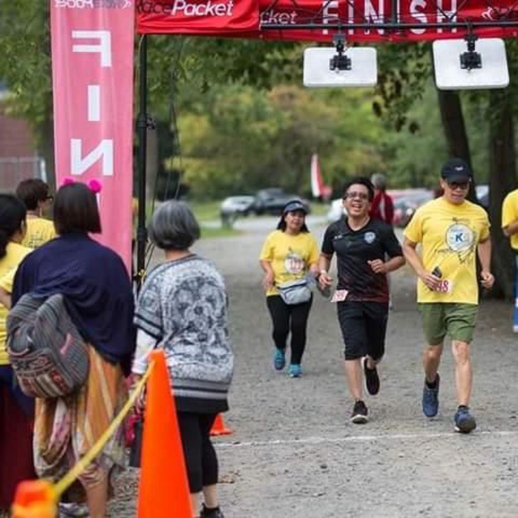 Saat Mahasiswa di Amerika Ikut Lomba Lari Pakai Aksesoris Batik