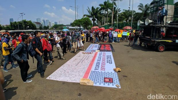 Tolak RKUHP, Massa Demo Bawa Jeruji di Depan Gedung DPR