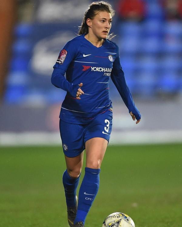 Wanita berusia 25 tahun ini sudah berseragam Chelsea sejak tahun 2015 (Instagram/hanblundell)