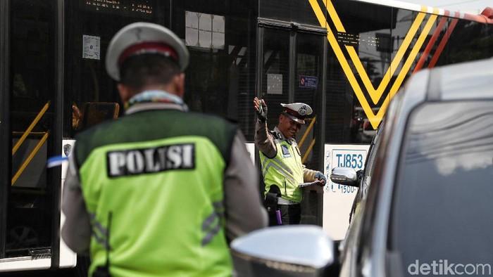Dua minggu sudah perluasan sistem ganjil genap diterapkan di Jakarta. Namun, masih ada saja pengendara yang terjaring tilang karena tak taat aturan.