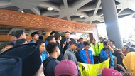 Mahasiswa Demo di DPRD Jatim Tolak Revisi UU KPK dan Kenaikan BPJS