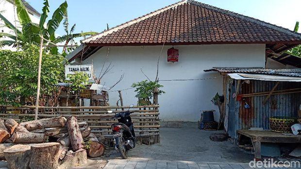 Keluarga anak berkebutuhan khusus di pusat lota Bali.