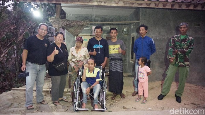 Tolib mendapat pinjaman kursi roda. Foto: Adelia Putri/detikHealth