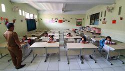 Sempat Belajar Lesehan, SDN Pekayon Jaya 3 Bekasi Kini Punya Meja-Kursi