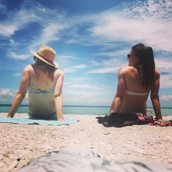 Hannah (sebelah kanan) saat berjemur di Anna Maria Island, suatu daerah pesisir di Florida, AS (Instagram/hanblundell)