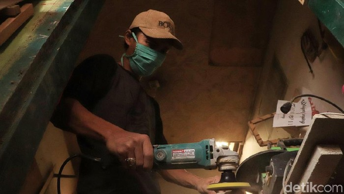Cucu Suhayat (44) menyelesaikan pembuatan kerajinan suvenir di Bahbir Galeri, Jalan Terusan Bojongsoang Nomor 230, RT 01 RW 02, Desa Cipagalo, Kecamatan Bojongsoang, Kabupaten Bandung, Senin (16/9/2019). Perajin asal Garut ini mendirikan produksi kerajinan suvenir ini sejak 4 tahun lalu. Mengandalkan kayu jati, pinus, mahoni bekas mebel Cucu menyulapnya menjadi kerajinan bernilai ekonomis.
