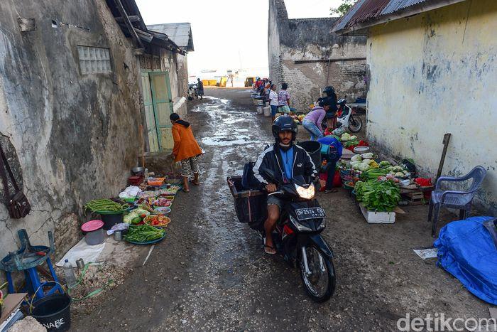 Saat pagi menjelang area di sekitar Pelabuhan Rote, Nusa Tenggara Timur, mulai ramai oleh aktivitas warga. Di kanan kiri sisi jalan nampak warga menjajakan beragam kebutuhan sehari-hari.