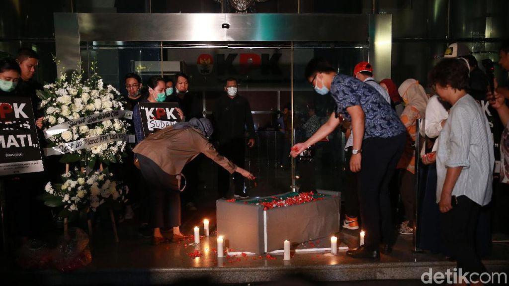 Aksi Teatrikal Pemakaman KPK