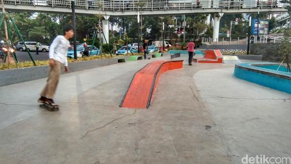 Ada area skate board di sini. Pada sore hari banyak wisatawan yang datang untuk bermain skate board. (Tasya/detikcom)