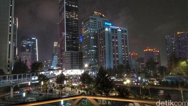 Kota Jakarta pada malam hari. Kamu bisa melihat keindahan ini jika kamu sudah sampai di tangga paling atas. (Tasya/detikcom)