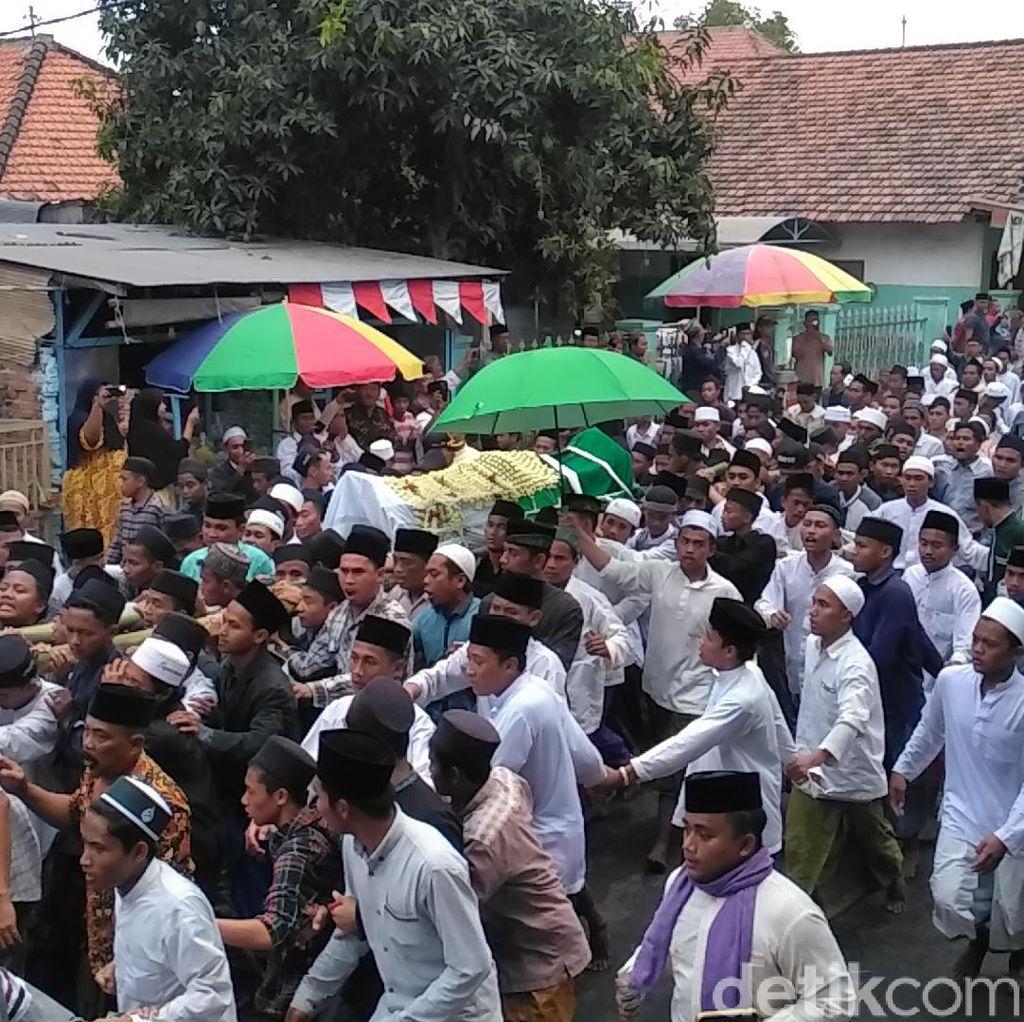 Ribuan Warga Iringi Pemakaman Fuad Amin Eks Bupati Bangkalan