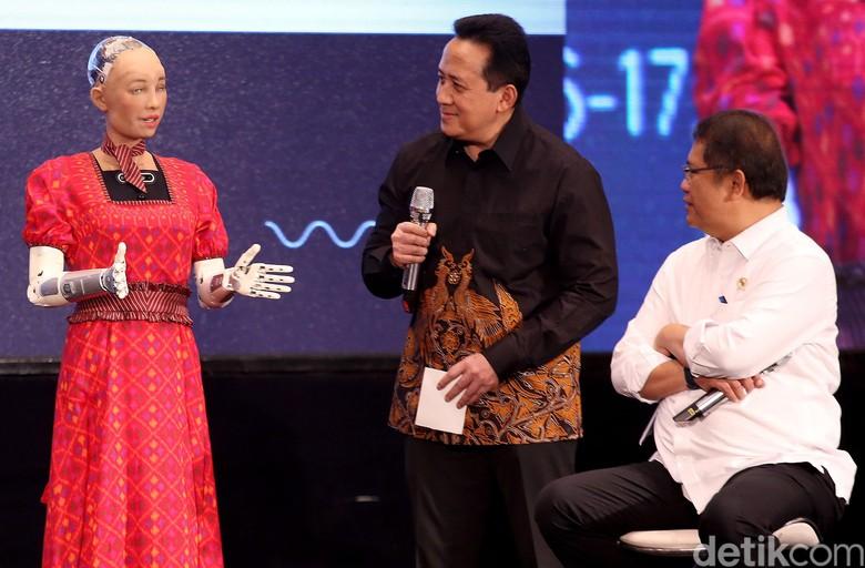 Menteri Komunikasi dan Informatika (Menkominfo) Rudiantara dan Kepala Bekraf Triawan Munaf tak ingin ketinggalan mengobrol dengan robot humanoid bernama Sophia dalam gelaran acara Youth Dialogue 2019 yang digelar di Hotel Borobudur, Jakarta, Selasa (17/9/2019).