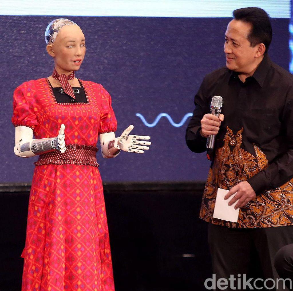 Canggih! Ini Robot Sophia yang Ngobrol Seru Bareng Menkominfo