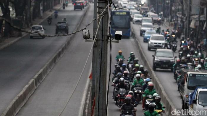 Beragam cara dilakukan para pengendara motor untuk hindari kemacetan. Salah satunya dengan terobos jalur bus TransJakarta meski telah dilarang karena berbahaya.