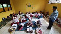 Di Bekasi Lagi, Murid-murid SD Ini Belajar Lesehan Sejak 2017