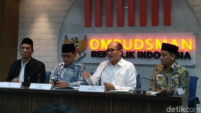 Foto: Staf Ahli Kemenag, Janedri M Gaffar (kemeja putih) di kantor Ombudsman RI. (Ahmad Bil Wahid-dtikcom)