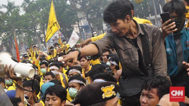 300 mahasiswa yang tergabung dalam Gerakan Sumsel Melawan Asap (Gasma) berdemo di depan Kantor Gubernur Sumatera Selatan, Palembang, Selasa (17/9).