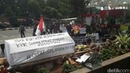 Tolak Revisi UU KPK, Mahasiswa Demo Bawa Keranda dan Tikus ke KPK