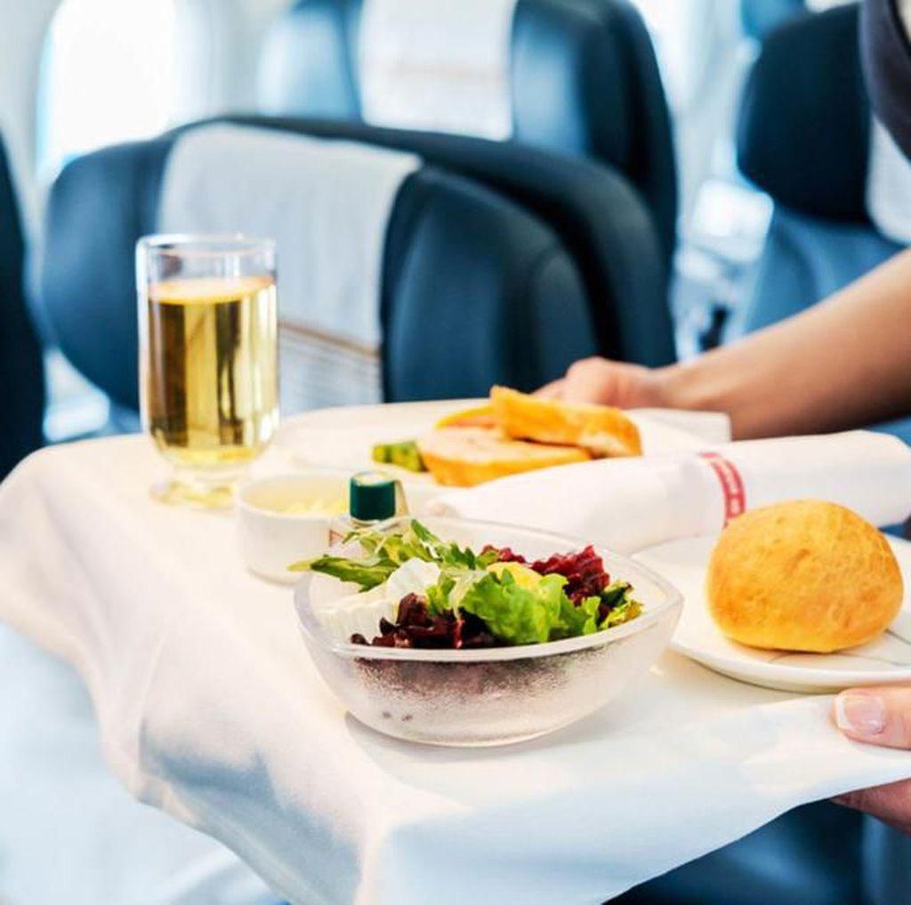 5 Kejadian Heboh di Pesawat Ini Hanya Gara-gara Makanan
