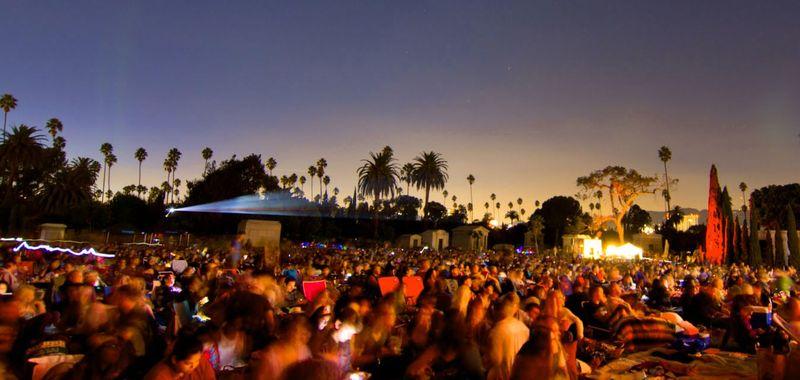 Tak hanya menjadi kuburan, Hollywood Forever Cemetery juga kerap menjdi venue dari sejumlah konser musik hingga pemutaran film. Bisa bayangkan rasanya nonton film di kuburan? (Cinespia)