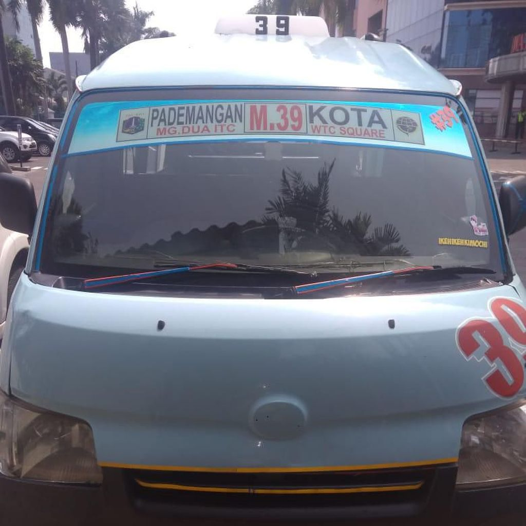 Seorang Guru Ditabrak Angkot yang Jalan Mundur di Tamansari