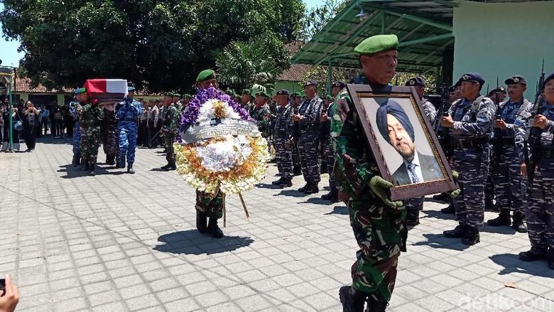 Suasana Haru Iringi Pelepasan Jenazah HS Dillon ke Krematorium di Bali