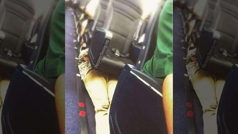 Gaya tidur di pesawat (Foto: @passengershaming/Instagram)