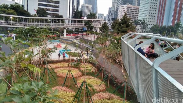 Traveler bisa lihat keindahan Kota Jakarta dari atas. Hanya naik beberapa anak tangga, kamu bisa lihat aktifitas ibu kota dari ketinggian. (Tasya/detikcom)