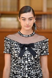 Baju Chanel Bisa Seharga Rumah, Ini Proses Pembuatannya yang Rumit
