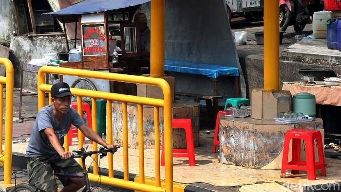 Halte yang terbengkalai beruba jadi warung yang juga tidak bersih (Foto: Rengga Sancaya)