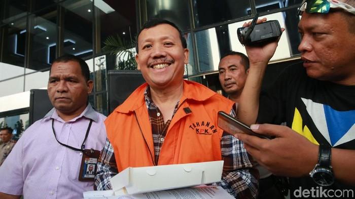 Tersangka selaku Sekretaris Daerah nonaktif Jawa Barat Iwa Karniwa berjalan seusai menjalani pemeriksaan di kantor KPK, Jakarta, Selasa (7/9/2019). Iwa Karniwa menjalani pemeriksaan lanjutan terkait kasus dugaan suap proyek Meikarta.