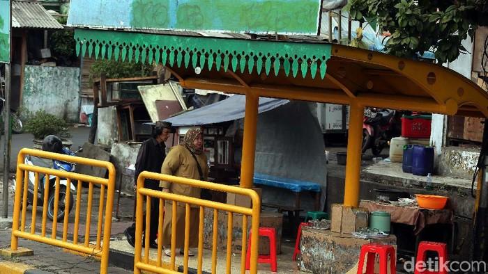 Halte di Tanah Abang yang dijadikan warung makan (Foto: Rengga Sancaya)