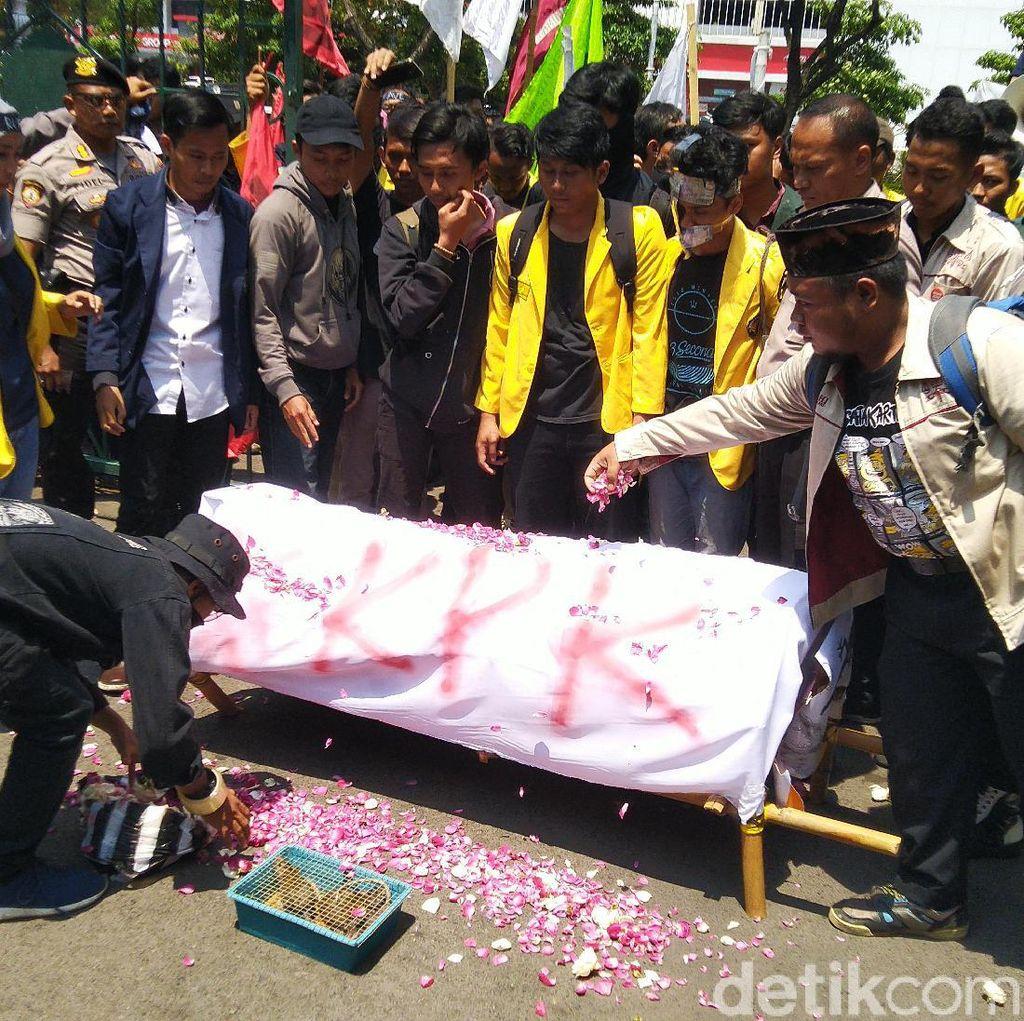 Bawa Keranda, Mahasiswa Semarang Demo Tolak Revisi UU KPK