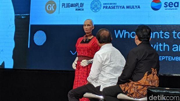 Robot Sophia Diajak Kencan Oleh Menkominfo