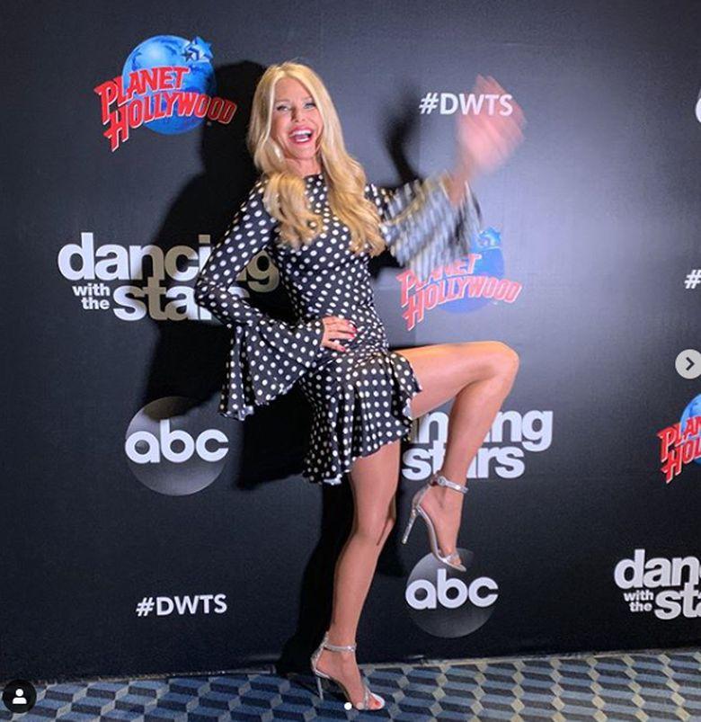 Christie Brinkley sempat terjatuh dan mengalami cedera di tangannya saat tampil di acara Dancing With The Stars.Dok. Instagram/christiebrinkley