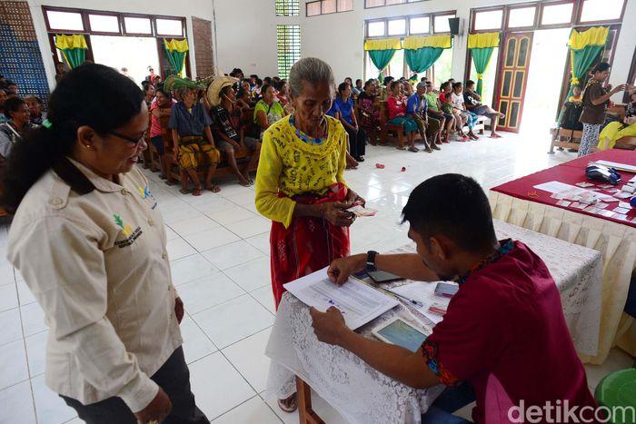 Warga mengantri dengan tertib pembagian bantuan Program Keluarga Harapan (PKH), di Kecamatan Rote Barat Daya, (21/8/2019).